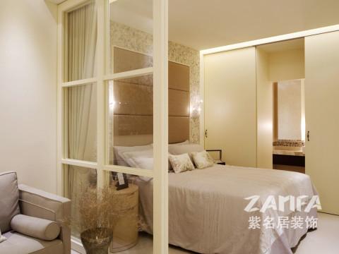 玻璃隔断隔开了卧室和客厅,别出心裁而又浪漫