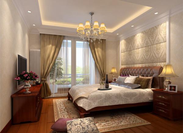 浅咖色的壁纸,浅咖色的落地窗帘,床头背景墙则同为浅色的软包设计。暖色调的地板,配上深色系的家具,整个空间冷暖结合,完美的色调让整个空间弥漫着一种淡淡的典雅气息。