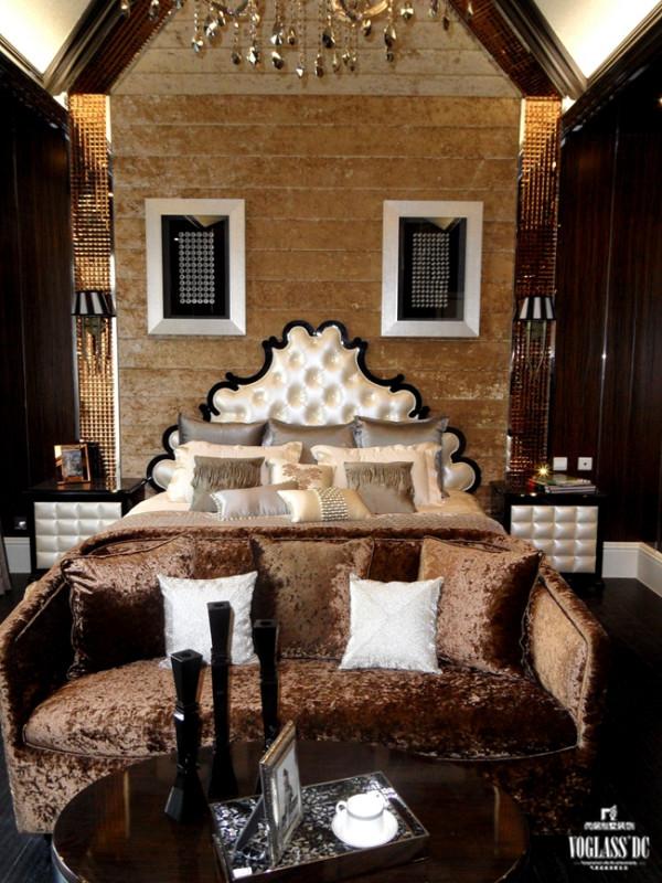 个卧室的别墅空间设计更给人一种新巴洛克风格的古典庄雅的氛围,尖式挑空的屋顶,古朴木色的墙面,让人感觉生活在巴洛克的古堡之中。