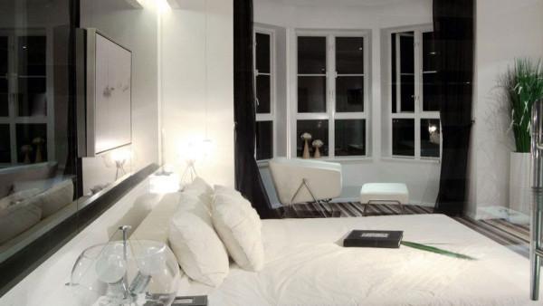 吧台、浴缸和开放式厨房被搬进居室,并定义着使用者的生活方式。空间设计上采用尽量开放的设计手法,包括开放式厨房、工作室和通透的卫生间设计,在白色调的映衬下实现空间的最大化处理。