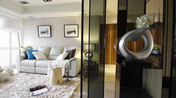 由镜面、玻璃、镂空构成的隔屏画面,创造出层次多变的光影效果。