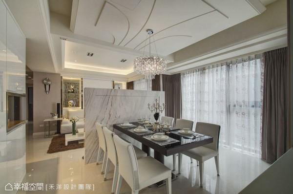 沙发背墙的两侧茶镜材质,除可展示之外也让客厅与书房有了美好的场景串联。