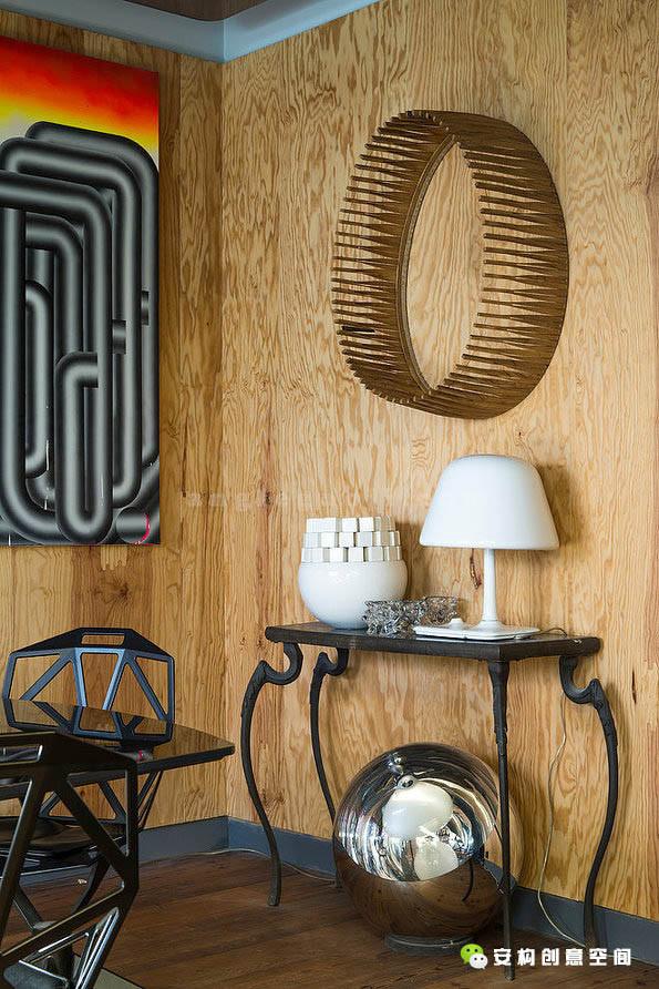 装饰无常规可遵循,凭设计师的任意性而为之,搭配另类的装饰品,各种物件之间存 在差异个性却又拥有和谐之美。