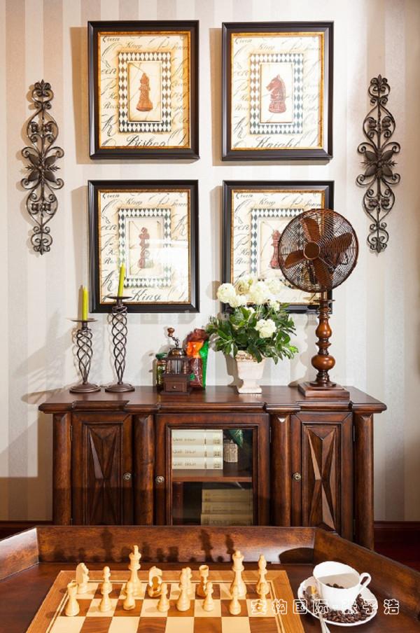 【书房局部】铁艺烛台、复古画作、纯铜饰物等完美搭配,无不在细节之处体现生活经历对艺术的启发及对品味的喜好,从中摸索出独一无二的美学空间。
