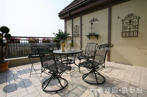【露台】露台上的田园风格的桌椅与墙面上异域风情的饰品搭配协调,对休闲、随意、朴素、自然的设计风格进行全方位的诠释,力求营造无拘无束的生活享受。