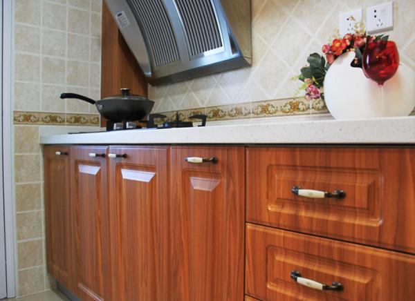 设计理念:整体厨房越来越受年轻人的欢迎,更是小居室打造通透空间的首选。 亮点:厨柜的色彩能刺激人的食欲,使人心情愉悦,使枯燥的厨房操作过程变得生动有趣。