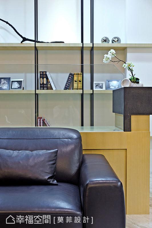 呼应着电视主墙选材,半高背墙收以印度黑大理石为柱饰,沉稳定义空间分界。