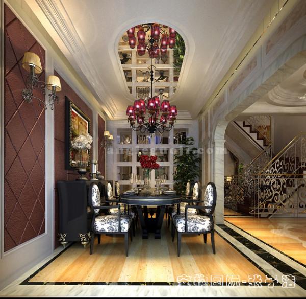 【餐厅】餐厅和客厅相连,为保证餐厅空间的采光以及和客厅的连贯性,设计师在这里用汉白玉打造了一组展示柜,将业主喜好的藏品陈列于此。椭圆形餐桌既符合现代人崇尚舒适的用餐习惯。