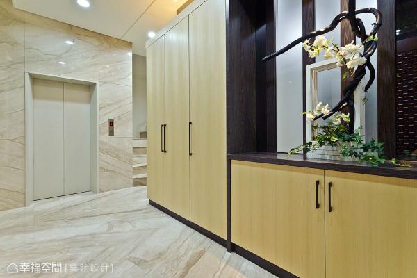 车库入室的宅邸动线,设计师张廖宏彦、黄郁心将花艺端景结合入收纳机能,流畅满足归家需求。