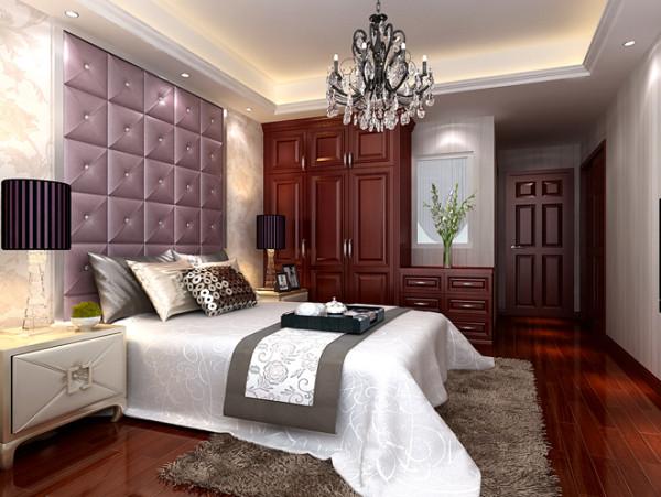 卧室实景图  设计说明:卧室作为休憩的空间,色彩上采用的是温馨系列。皮质床背景墙与床头柜相得益彰,一种富贵、大气的品质生活映入眼帘。