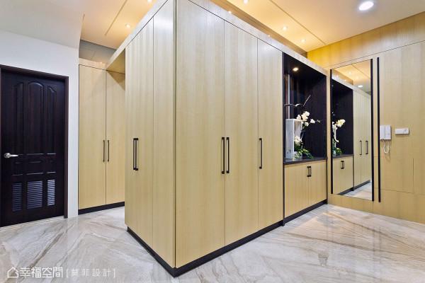 为轻化柜体于视觉份量,天际衔接处特别以清玻收尾,将视感做了有效性的反射与延伸。