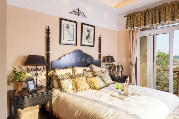 【主卧】卧室整体配色在大体上保持一致,有种静谧感,很符合卧室的空间氛围。为了更多的化解美式实木的硬朗,加入了轻薄布艺。轻盈的质感跟坚硬的实木在视觉上形成强烈的对比。