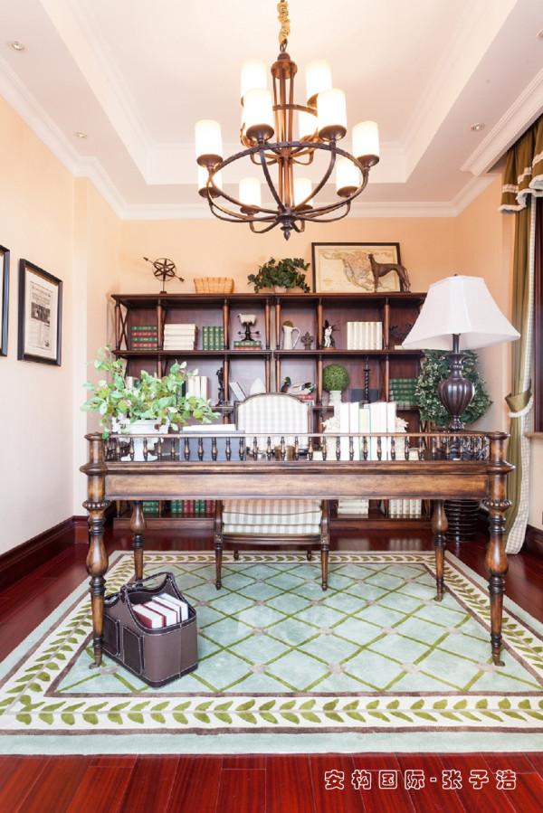 【书房】美式乡村风格的书房简单实用,但软装颇为丰富,各种象征主人过去生活经历的陈设一应俱全,被翻卷边的古旧书籍、抽象的画作以及富有历史感的装饰品。
