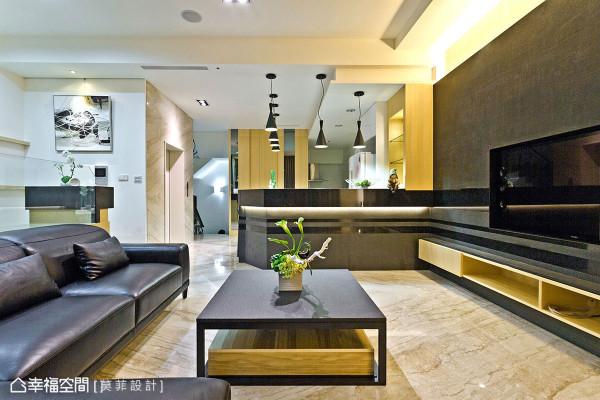 开放式动线为规划的大公领域,藉以低台度的餐吧与沙发背墙做为场域分界,不阻视线同时自成空间地景。