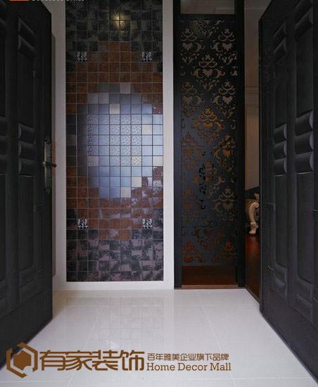 走入双开门的玄关尺度,复古四方砖面的拼接与烤漆黑镂空板横向延伸,新古典的低调穿透遮掩住楼梯,创造了入门双端景精致感。