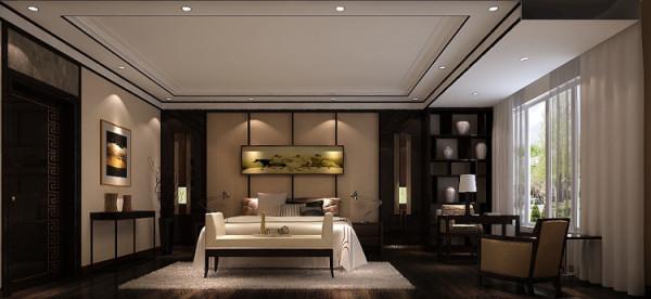 主卧以沉稳的木色调为主,.电视背景墙选用大面积的白色铺底,不仅使人视线得到扩展,放松,更是体现了苏州园林空间设计中在有限的空间里制造纵深感的主卧传统纹样的白地毯,仿古台灯,眀式椅