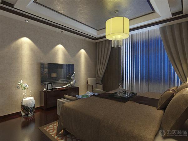 卧室方面,吊顶中间部分做了银箔处理,显得整体风格比较高贵。地板采用了深棕色的强化复合地板,床的背景采用了壁纸和深红色木板相结合的造型,更具中式特点。
