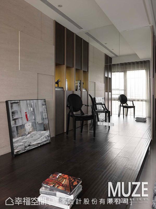 利用镜面设计,让小空间得到延伸及明亮放大的效果。