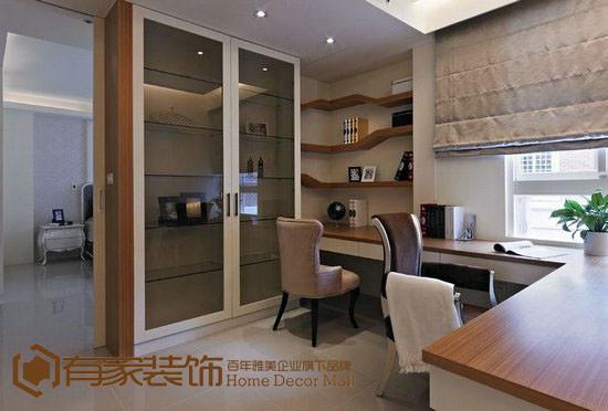 二进式的动线设计让空间有了睡眠、书房、更衣及卫浴段落,L型的桌面加以玻璃收纳柜,有了一目了然的方便性。