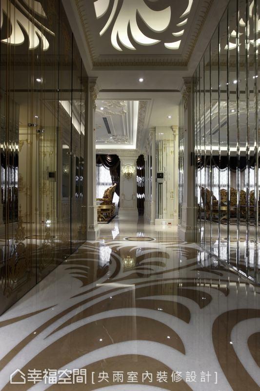 甫进门,地坪以花卉形象的石材跳色,呼应天花板的雷射雕刻意象,两侧立面分别使用切割组合与喷砂线条镜面,构组空间的辉煌气势。