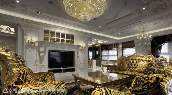 电视墙是曲线华丽的壁炉造型,并勾勒出描金的语汇,也映衬的艺术天花板与壁面线板,使空间的层次饶富变化。