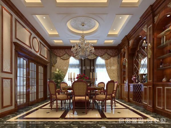 古典的餐桌椅、大气的边柜和精致的绿植搭配和谐,在餐厅装饰中讲求秩序感、层次性和细节的搭配,往往在一个局部装修设计中有多个色彩的相互搭配,在空间中和谐低调地共融。