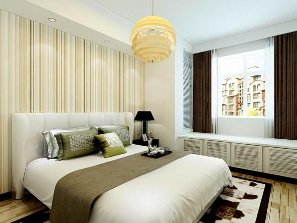 主卧室的色调非常明快。床头背景为黄色系的条纹壁纸,顶面有一个长条的石膏板吊顶设计放置了两盏筒灯营造出浪漫的灯光效果。