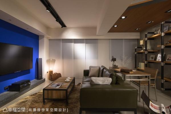 跳脱主题整体的灰阶调性,在电视主墙部分带入屋主指定的宝蓝用色,加深了空间场景的彩度层次。