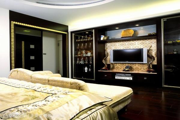 融合美感与实用性的比例拿捏,让屋主的珍爱收藏能够与电视机柜和谐共存。