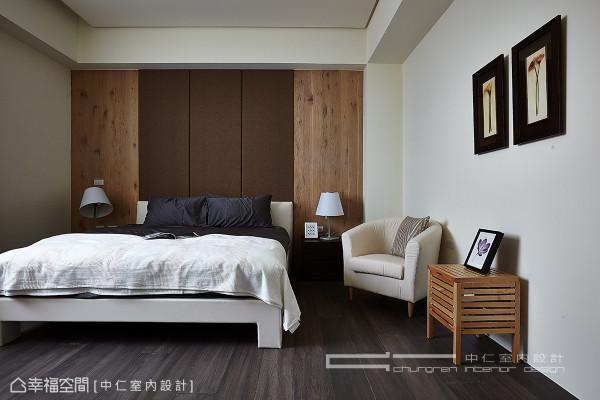 绷布的床头主墙,搭配两侧橡木节理的立面,营造彷佛国外小木屋的氛围。