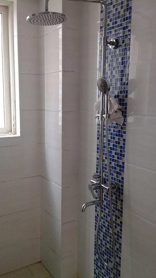 客户选择的墙面砖是白色系.在花洒后面贴了海蓝马赛克.点缀了单调的白色.