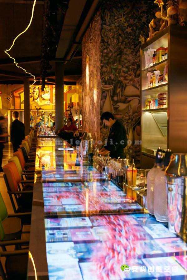 在酒吧区,覆盖着Label Dalbin绘制的龙图腾的无止尽屏风,在层次上展现出别样的亚洲风情。