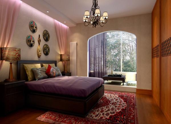 卧室尽显精致,舒适。 亮点:卧室呼应整体色调。卧室床头以典型的东南亚异域风情的点缀物不规则的陈列,木质家具和 粗狂的墙面为衬,加上柔软的纱帘配饰,柔中带刚。
