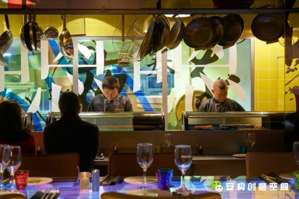 吧台周围分散着大约200个座位、寿司区与2个相对私密的包台,在用餐时可以直接在中心区的吧台点酒水,相对整个室内规划这给人更加多样且紧凑的感觉。