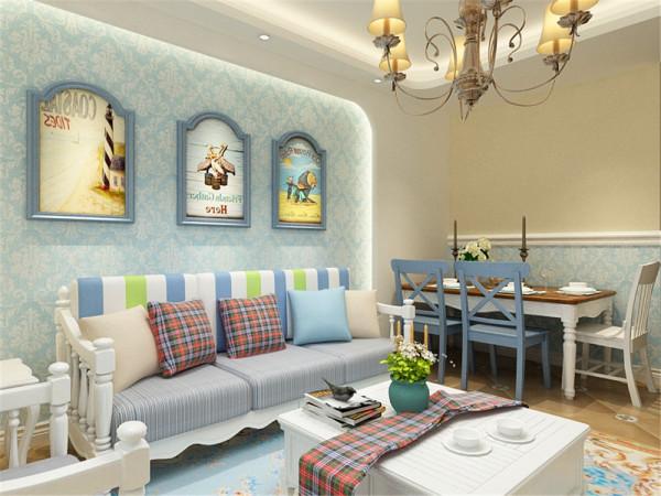 电视背景墙做了特殊的造型,里面还加了浅蓝色的壁纸,沙发背景墙里面做了灯带里面也贴了与电视背景墙同样的壁纸,形成了呼应,沙发背景墙挂上了挂画。