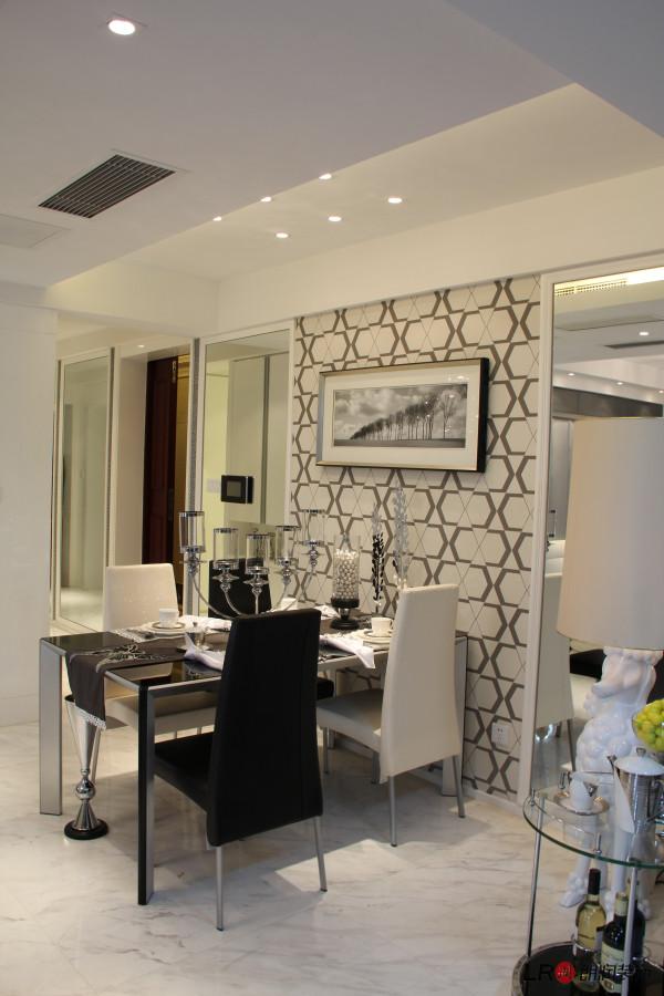 特有的餐厅墙设计,几何的图框增添了立体感,让餐厅别具一格