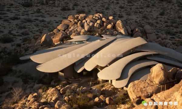 沙漠之家是位于美国加利福尼亚州约书亚树国家公园的一座奇妙的私人住宅。启动于1988年,竣工于1993年。