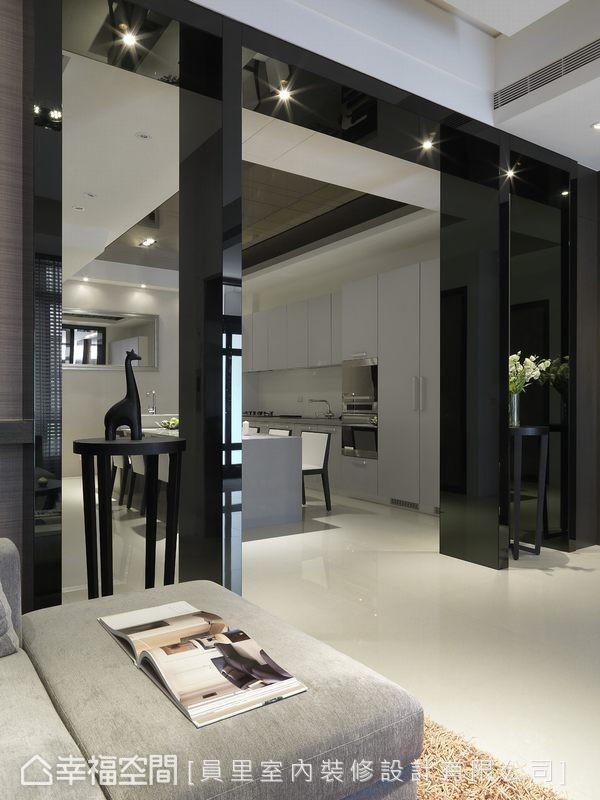 将机能衔接的宽面以对称拱框造型划分,两侧较窄的拱框置入端景展示桌,纳入古典的安定大器,以及双向展示的灵活思考。