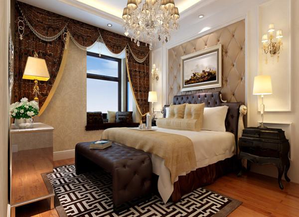 卧室新古典欧式气息十足的卧室设计理念:卧室墙头背景同样选用的是深咖色软包搭配石膏板造型,与客厅保持协调一致。在窗帘的选择上,选用深红色暗花窗帘加窗帘曼,温馨舒适,质感十足。