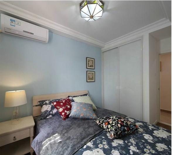 卧室的设计业也是十分的简单,传统的布置,背景墙上一侧的挂画和床上的被子、抱枕成为了卧室的点睛之处。