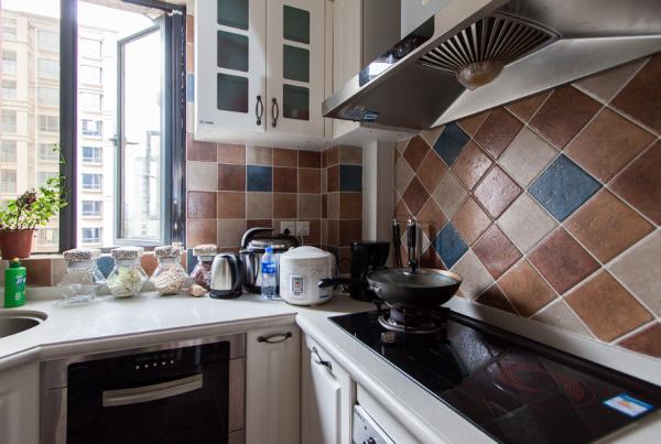 厨卫:多色拼花的瓷砖造型独特的浴室柜给人一种清晰别致的感觉