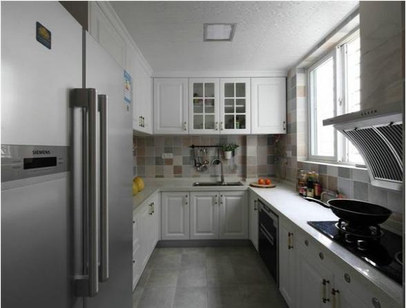 厨房的设计采用的是欧式的厨房设计,以白色为主,显得美观、干净。很有生活的品味,双开门的冰箱说明了业主是很注重生活的人。