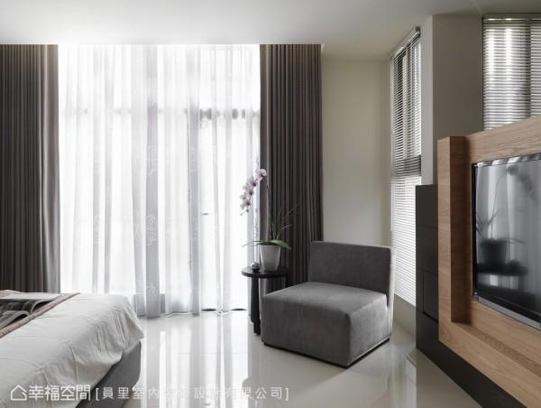 通透的采光为空间的一大特色,设计者利用格局的转折规划电视墙体,木色与黑搭构立体的雕塑线条。