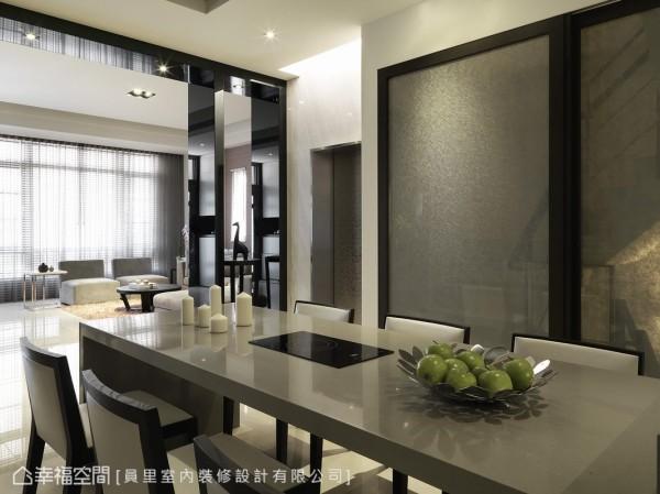 灰色的餐桌台面以亮面处理,并嵌入家人可一起煮火锅电磁炉,在生活暖度之中保留整体的时尚氛围。