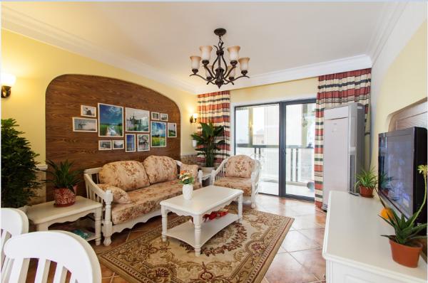 客厅和餐厅打造成一个长方形的整体空间,使其空间感更强的同时,满足更好的采光需求。地砖、木纹、麻布、有色漆恰到好处地将时尚潮流与自然气息完美融合。