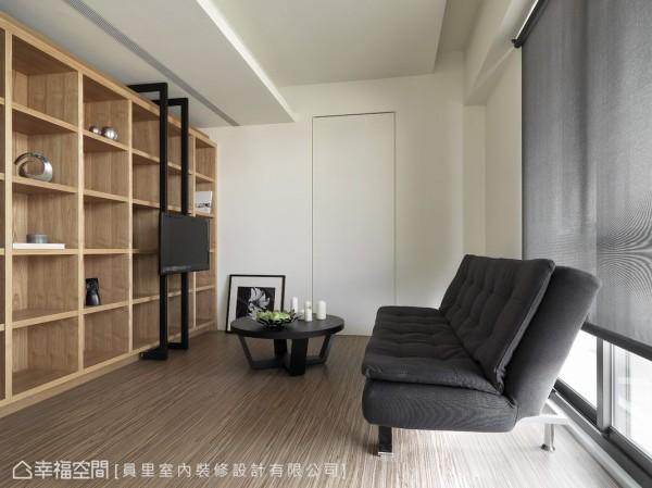 位于顶楼的闲置空间,设计者以展示柜、木地板、活动电视,创造多功能使用的视听娱乐室。