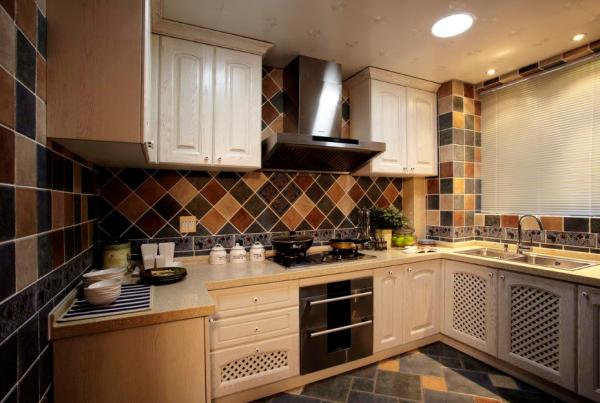 厨房;经典多色搭配仿古砖搭配风格造型的橱柜在在乱中显的那么自然。
