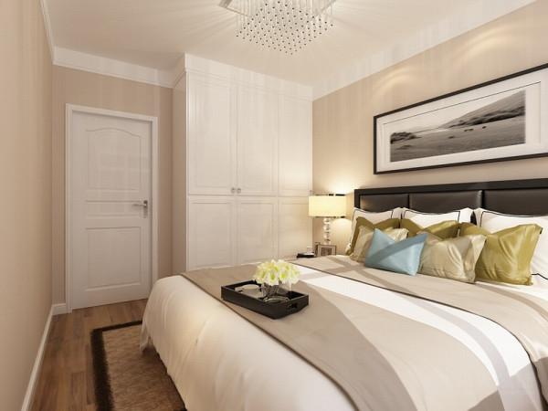主卧是主人休息的区域,主卧的设计空间合理简洁,白色的床加上黄绿色的靠枕,奠定了温馨的基调。