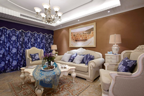 客厅:经典的吊顶造型搭配重色涂料 蓝色窗帘 地面花纹砖突出一种海岸阳光沙滩惬意的居住风格