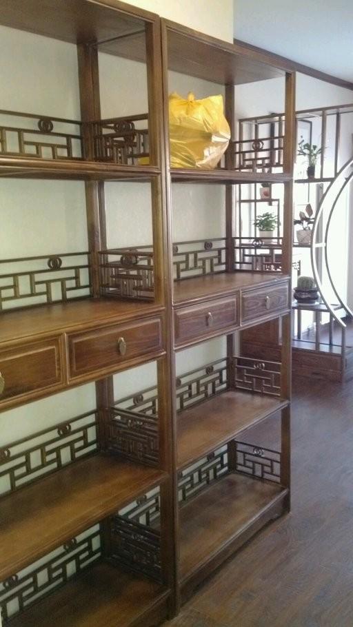 古典的书架用来当酒柜